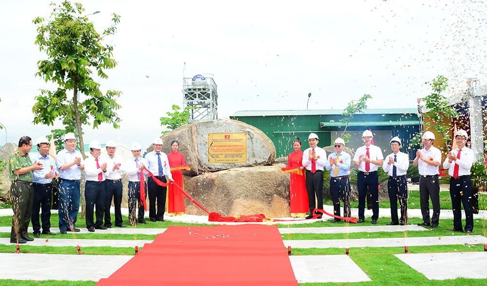 Các Đại biểu gắn biển công trình chào mừng Đại hội Đảng toàn quốc lần thứ XIII cho Nhà máy điện Phước Thái 1