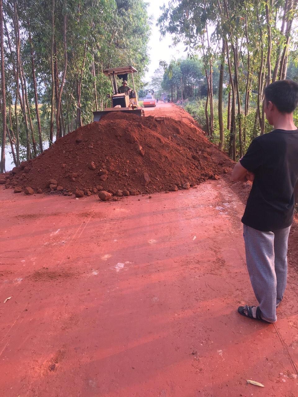 Con đường dẫn vào trung tâm xã đang được xây dựng khang trang, bê tông hóa nhờ nỗ lực, đồng lòng của cả người dân và chính quyền địa phương.