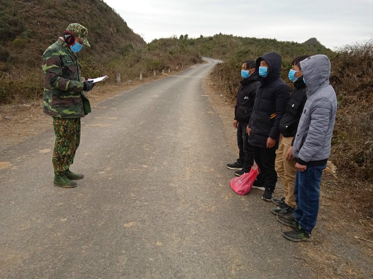 Cán bộ Đồn BP Xín Cái phát hiện, xưr lý người nhập cảnh trái phép trên tuyến biên giới.