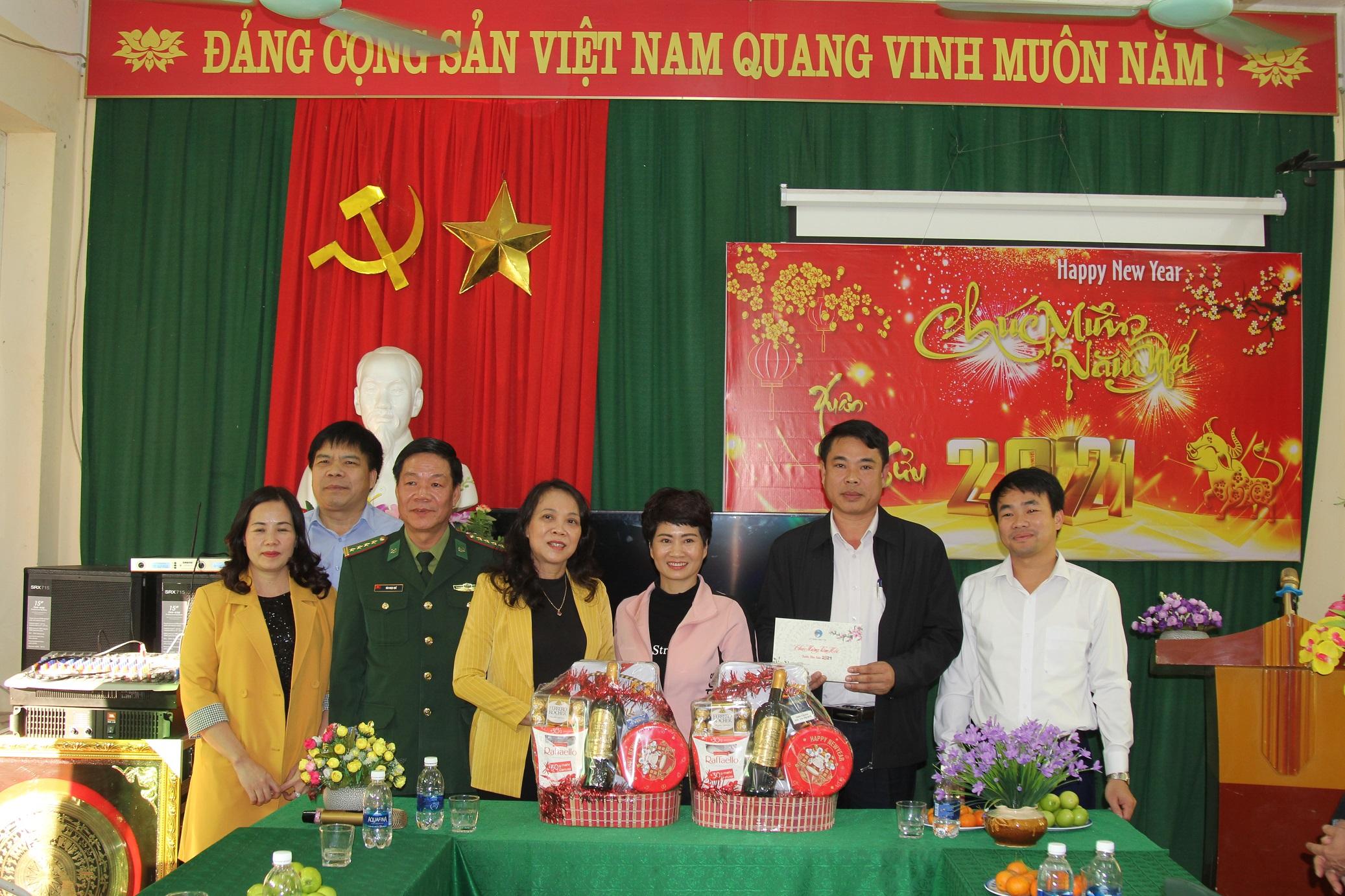 Thứ trưởng, Phó Chủ nhiệm Hoàng Thị Hạnh tặng quà Quỹ Khuyến học xã Pù Nhi