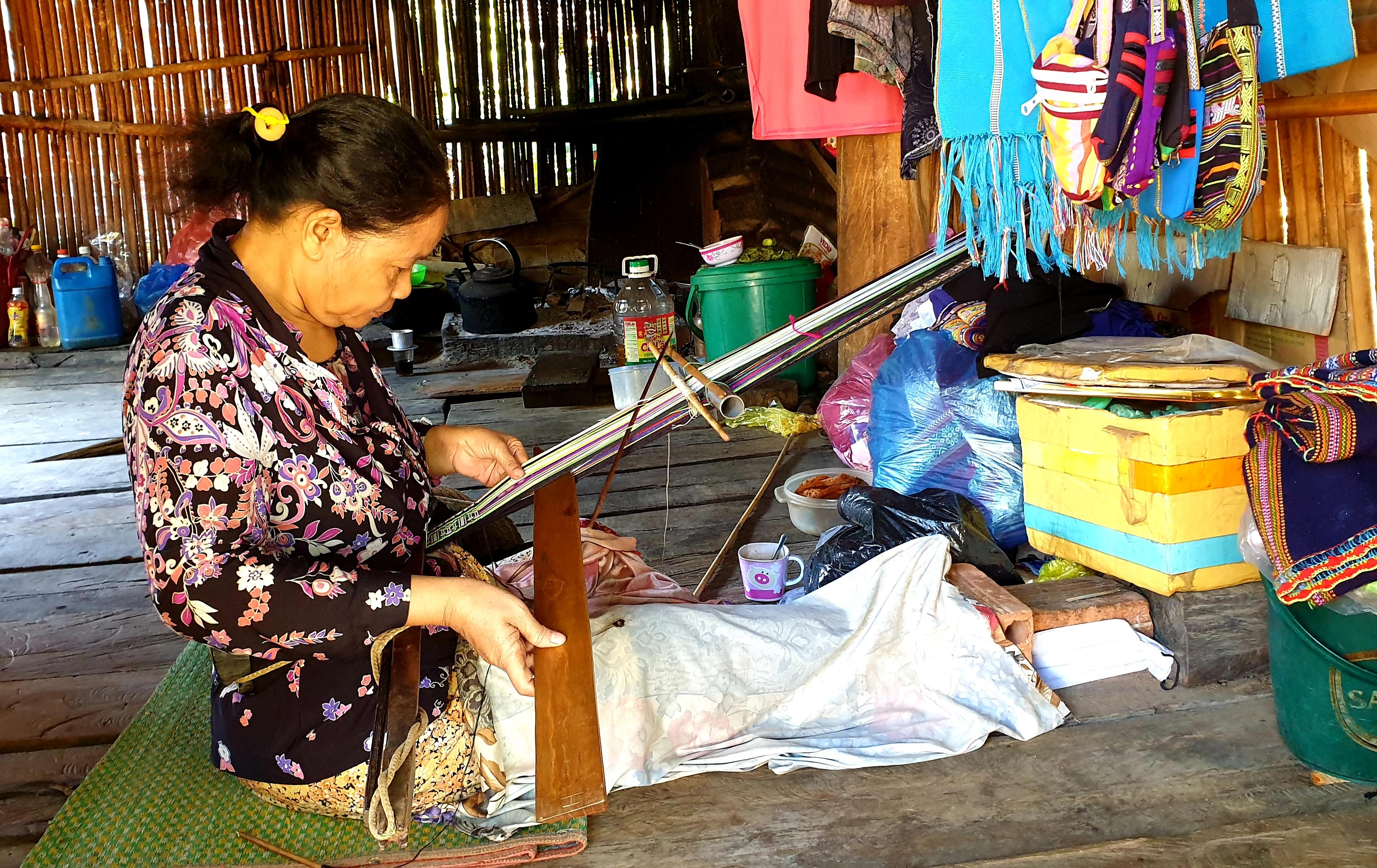 Nghệ nhân dệt thổ cẩm ở làng du lịch cộng đồng