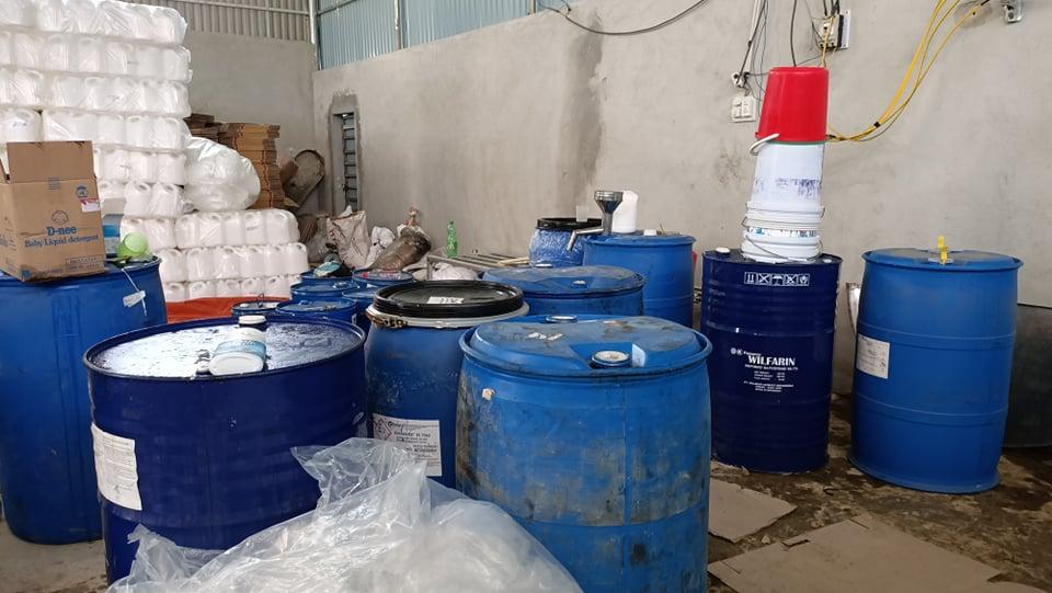 Các thùng đừng hóa chất trong xưởng