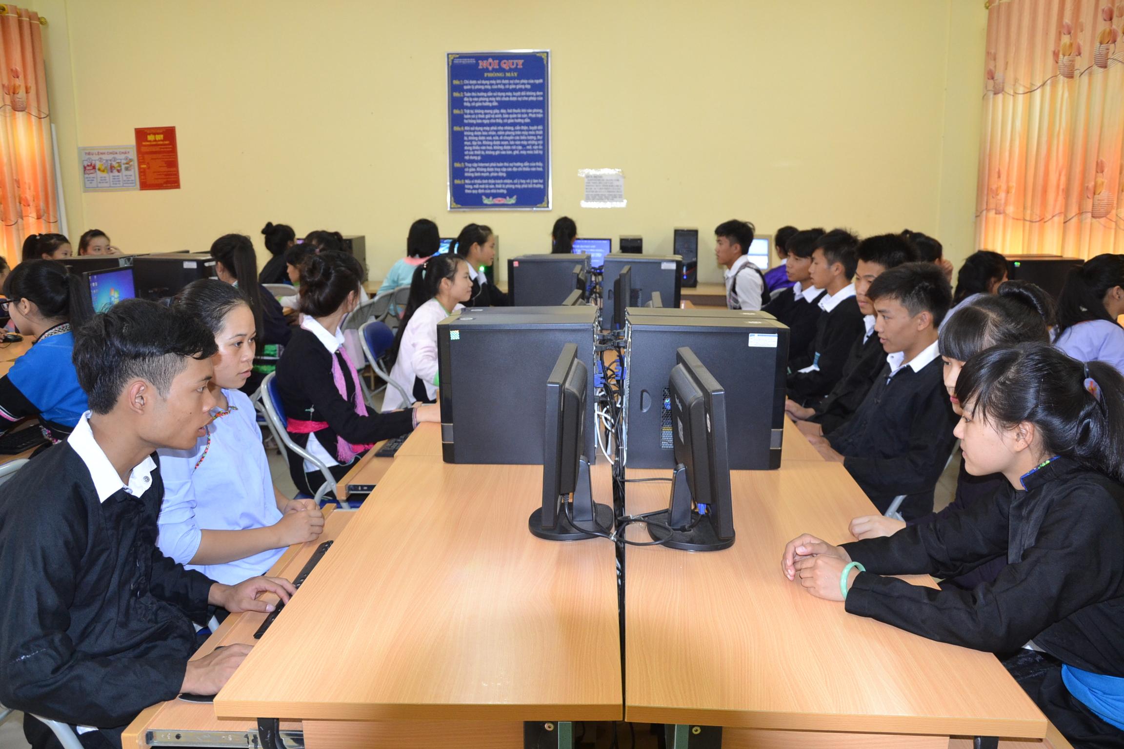 Các em học sinh được học tập với trang thiết bị đầy đủ