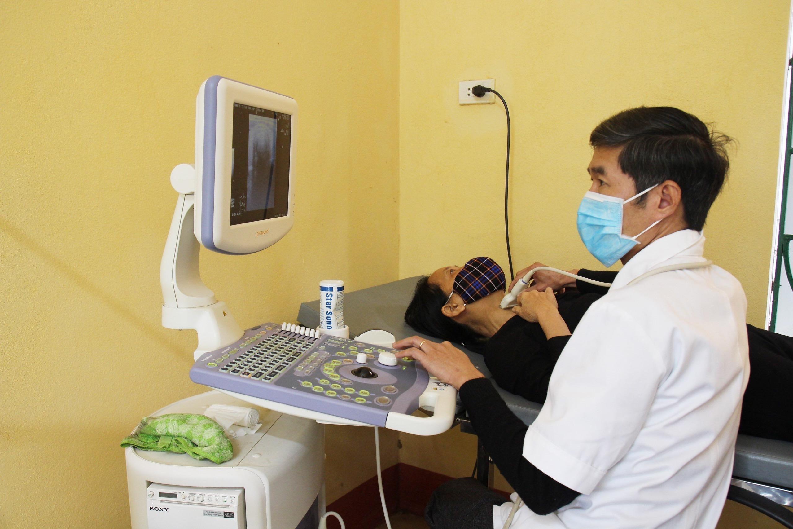 Các bác sỹ khám, siêu âm cho bệnh nhân tại Trạm y tế xã Báo Đáp