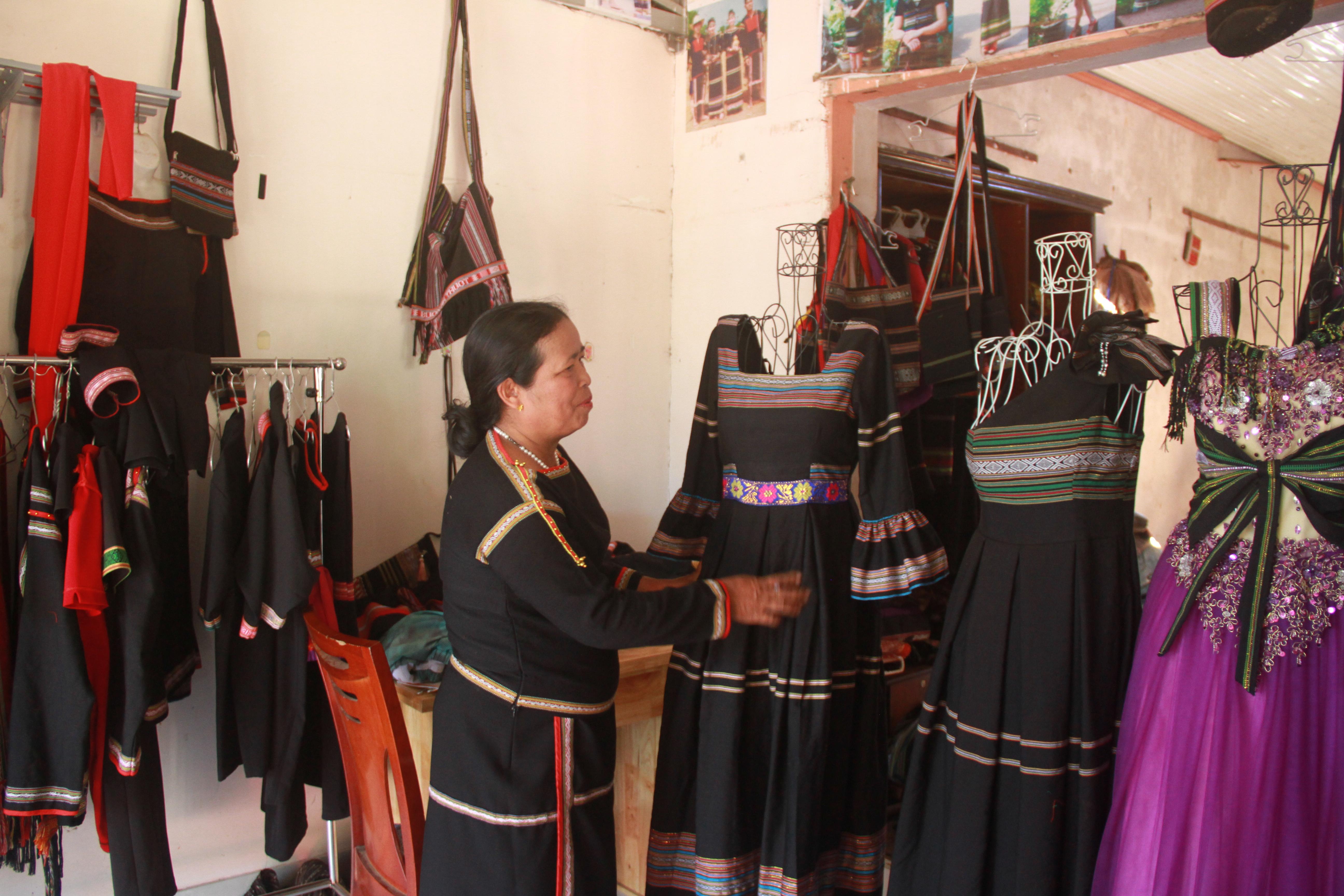 Bà H'Yam Bkrông, Giám đốc HTX dệt thổ cẩm Tơng Bông giới thiệu sản phẩm váy cách tân