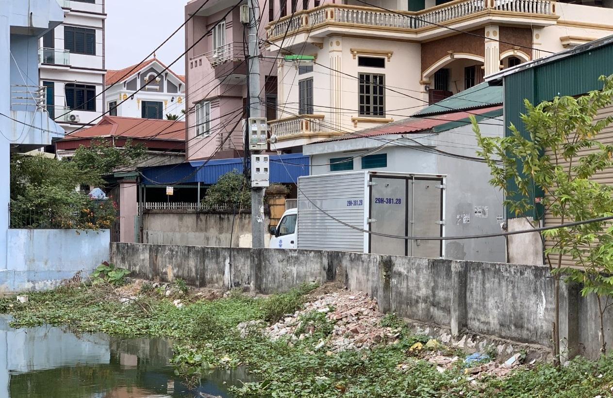 Xe của Công ty GLS thu đồ vải y tế tại bệnh viện Lão Khoa TW mang về xưởng giặt đặt giữa khu dân cư