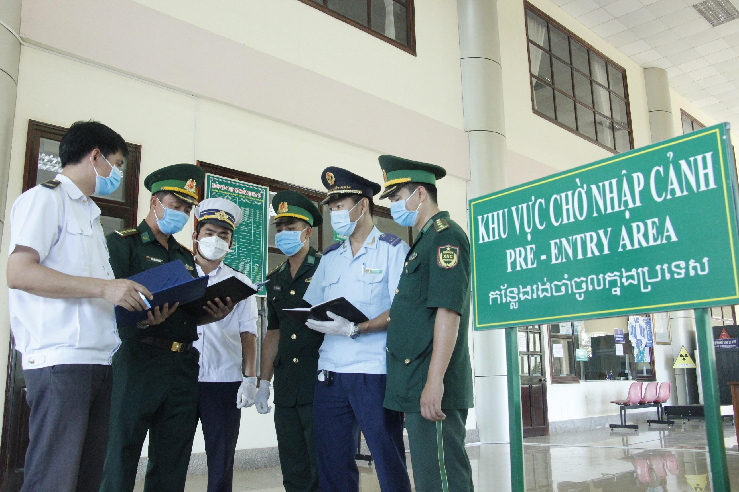 Cán bộ, nhân viên và lực lượng biên phòng cửa khẩu quốc tế Hoa Lư, huyện Lộc Ninh, tỉnh Bình Phước, trao đổi nghiệp vụ trước khi thực hiện công tác.