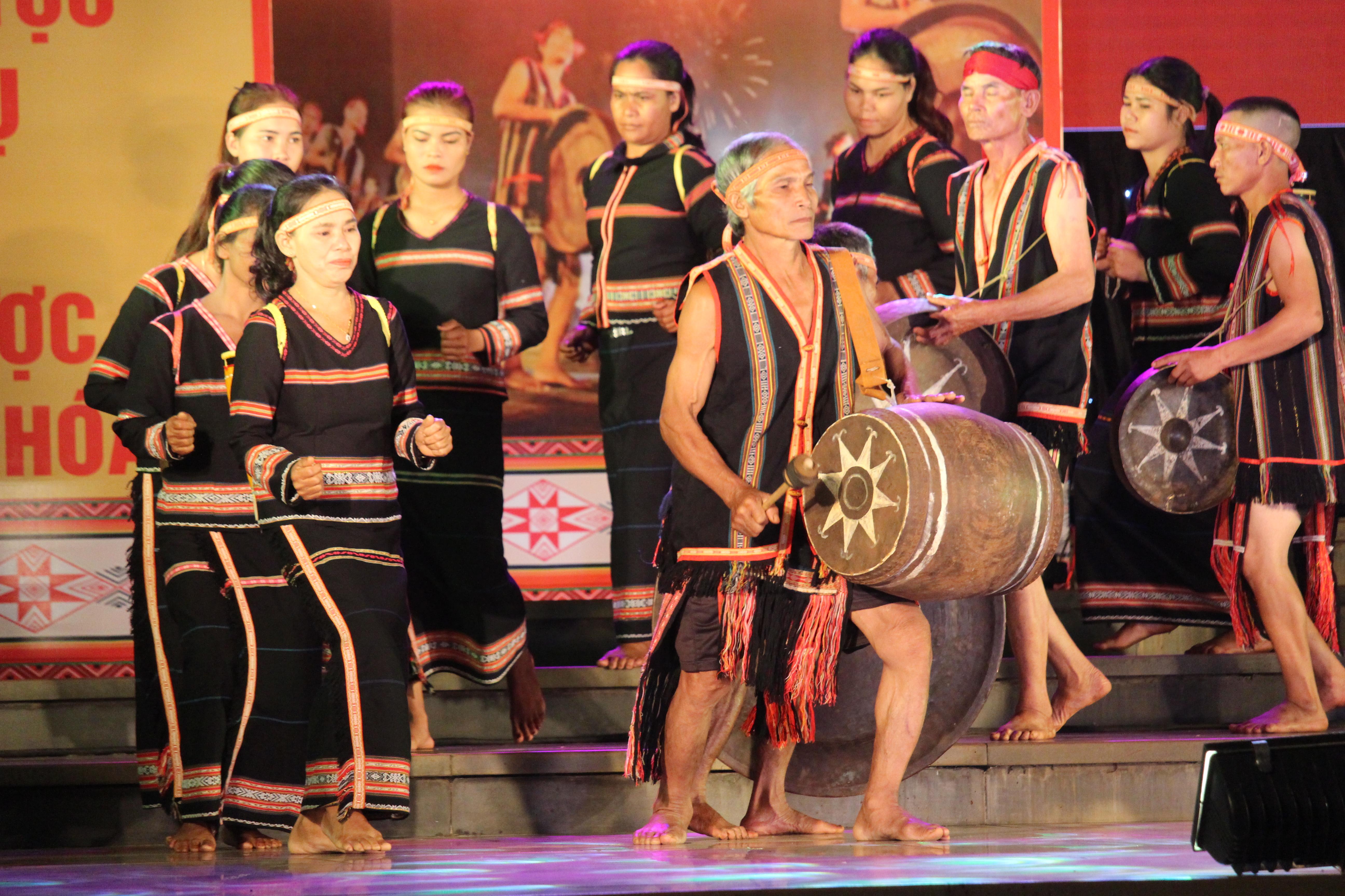 Đội chiêng của xã Glar, huyện Đăk Đoa trình diễn cồng chiêng tại Lễ Kỷ niệm 15 năm Ngày Không gian văn hóa cồng chiêng Tây Nguyên được UNESCO công nhận là Di sản văn hóa phi vật thể, đại diện của nhân loại (25/11/2005- 25/11/2020).