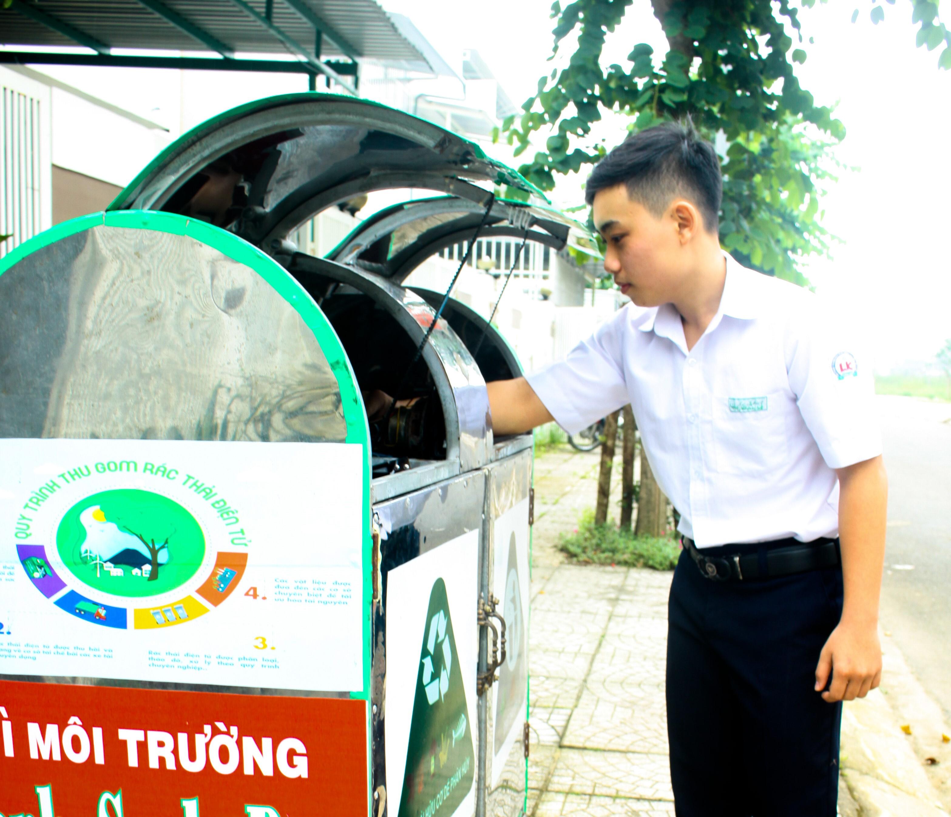 Em Nguyễn Võ Hoàng Nhân và sản phẩm sáng tạo thùng rác thông minh.