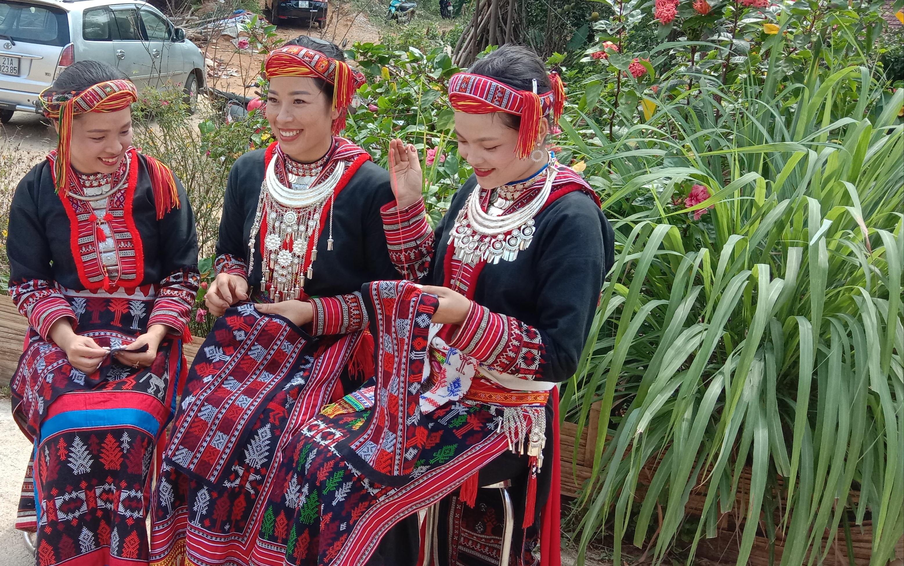 Phụ nữ Dao ở 2 Túc đang thêu thổ cẩm