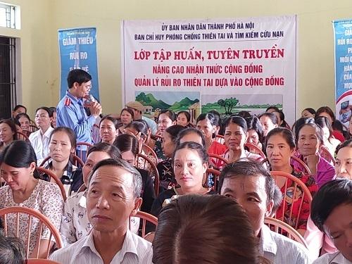 Giảng viên của Chi cục Đê điều và Phòng, chống lụt bão Hà Nội tuyên truyền kiến thức thiên tai cho Nhân dân xã Đông Quang, huyện Ba Vì, Hà Nội).