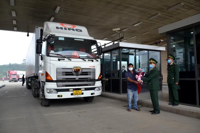 Ngay trong những ngày đầu năm mới, lực lượng chức năng Lào Cai đã tạo điều kiện thuận lợi nhất có thể cho hàng hóa, phương tiện xuất nhập cảnh qua cửa khẩu