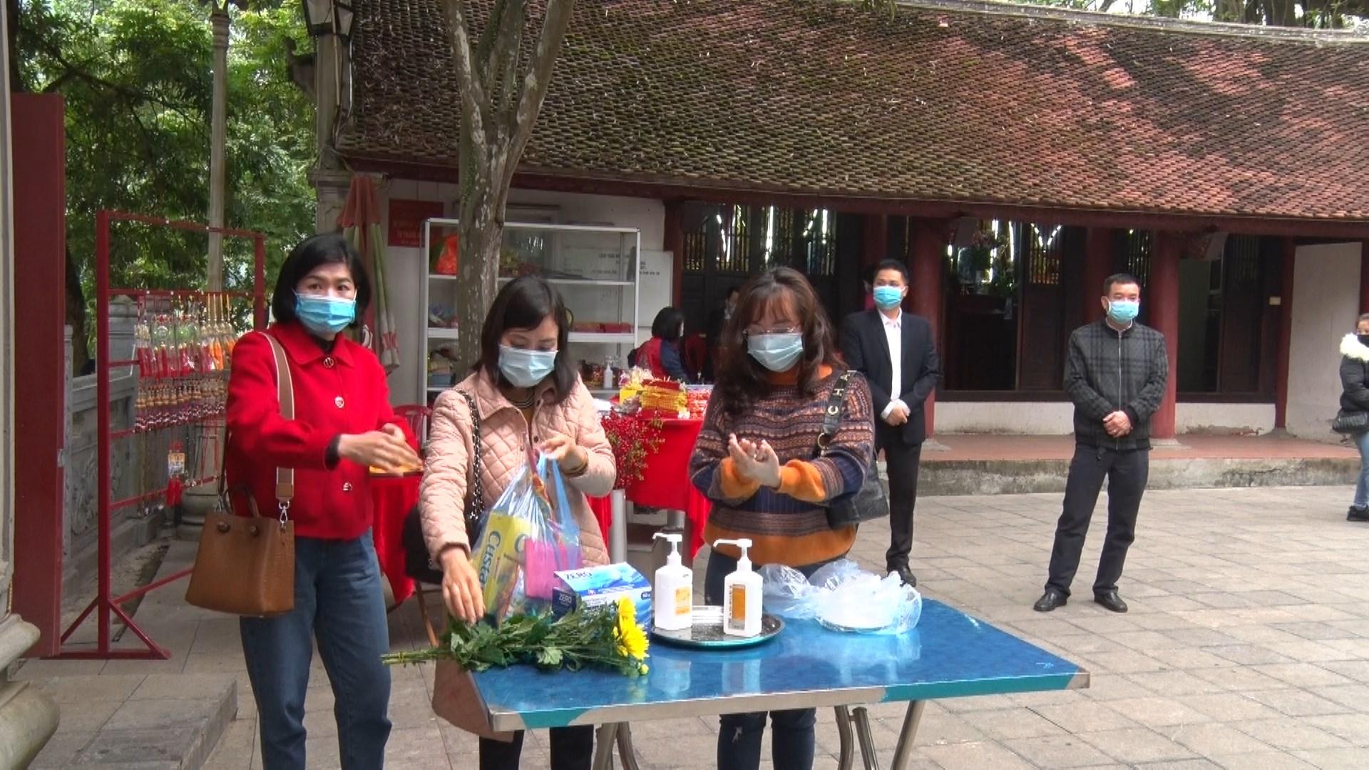 Du khách đều thực hiện rửa tay sát khuẩn trước khi vào hành lễ