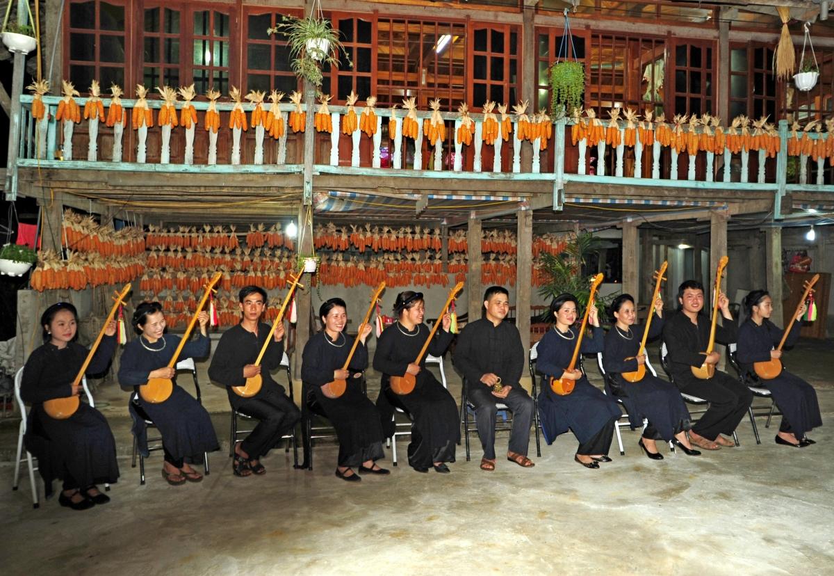 Người dân ở Quỳnh Sơn, Bắc Quỳnh, Bắc Sơn (Lạng Sơn) biểu diễn hát Then phục vụ du khách