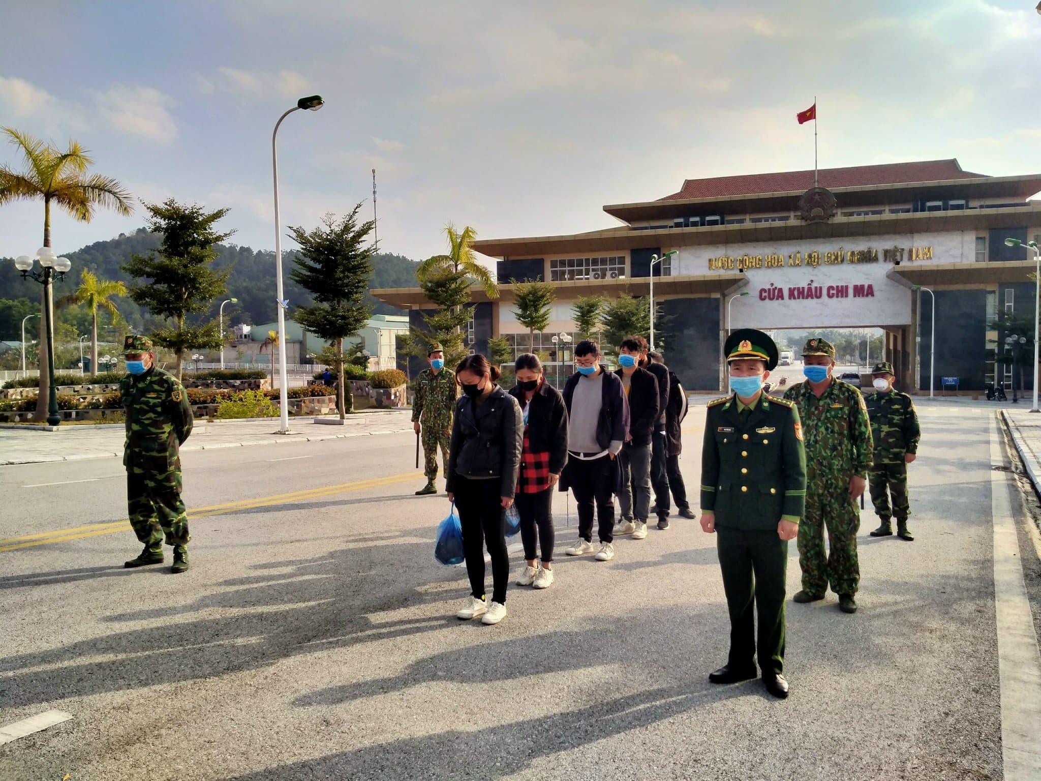 Lực lượng chức năng 2 nước (Việt Nam và Trung Quốc) trao trả người nhập cảnh trái phép.