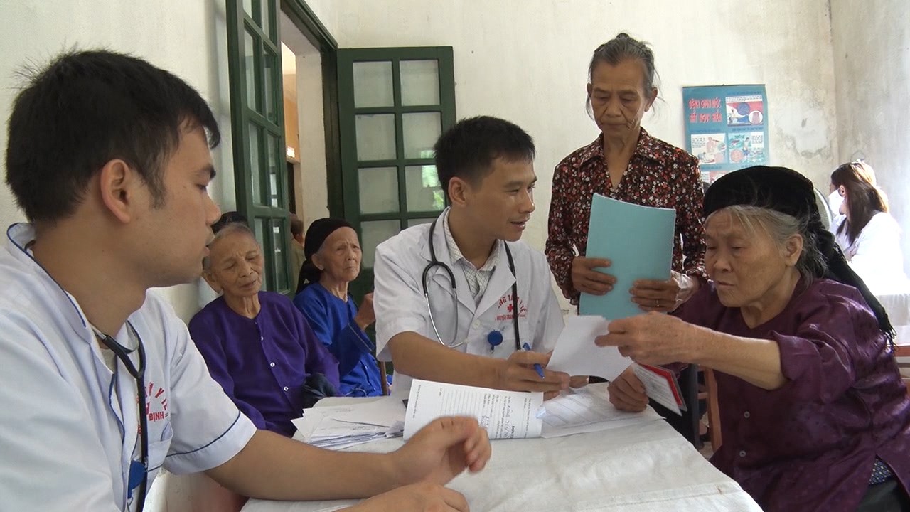 Các Bác sĩ Trung tâm Y tế huyện Tràng Định, Lạng Sơn khám chữa bệnh cho người dân.