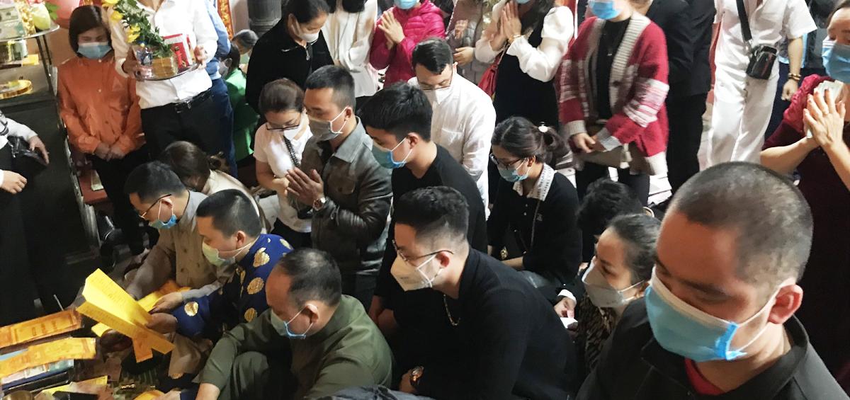 Du khách chen chân dâng hương, đạt lễ tại đền ông Hoàng Mười ở huyện Hưng Nguyên (Nghệ An) ngày mồng 6 tháng giêng.