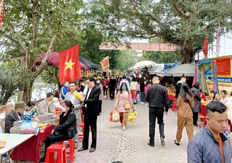 Nhiều du khách không mang khẩu trang phòng dịch tại đền ông Hoàng Mười, huyện Hưng Nguyên (Nghệ An).