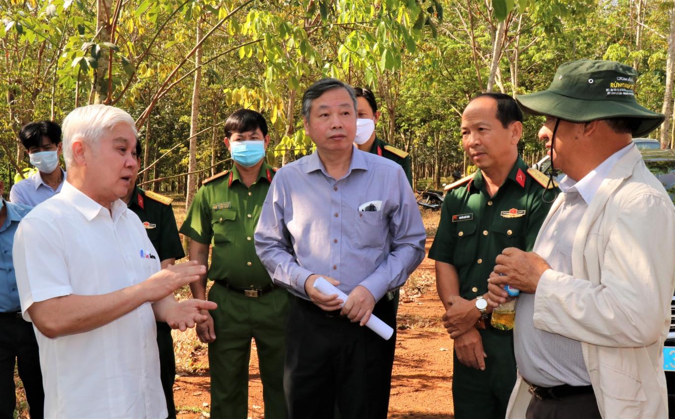 Bí thư tỉnh uỷ Bình Phước Nguyễn Văn Lợi (áo trắng) trao đổi với đoàn khảo sát quy hoạch sân bay tại địa phương