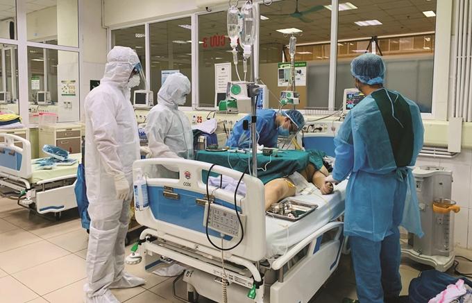 Nỗ lực cứu chữa bệnh nhân nhiễm Covid-19 của các bác sỹ