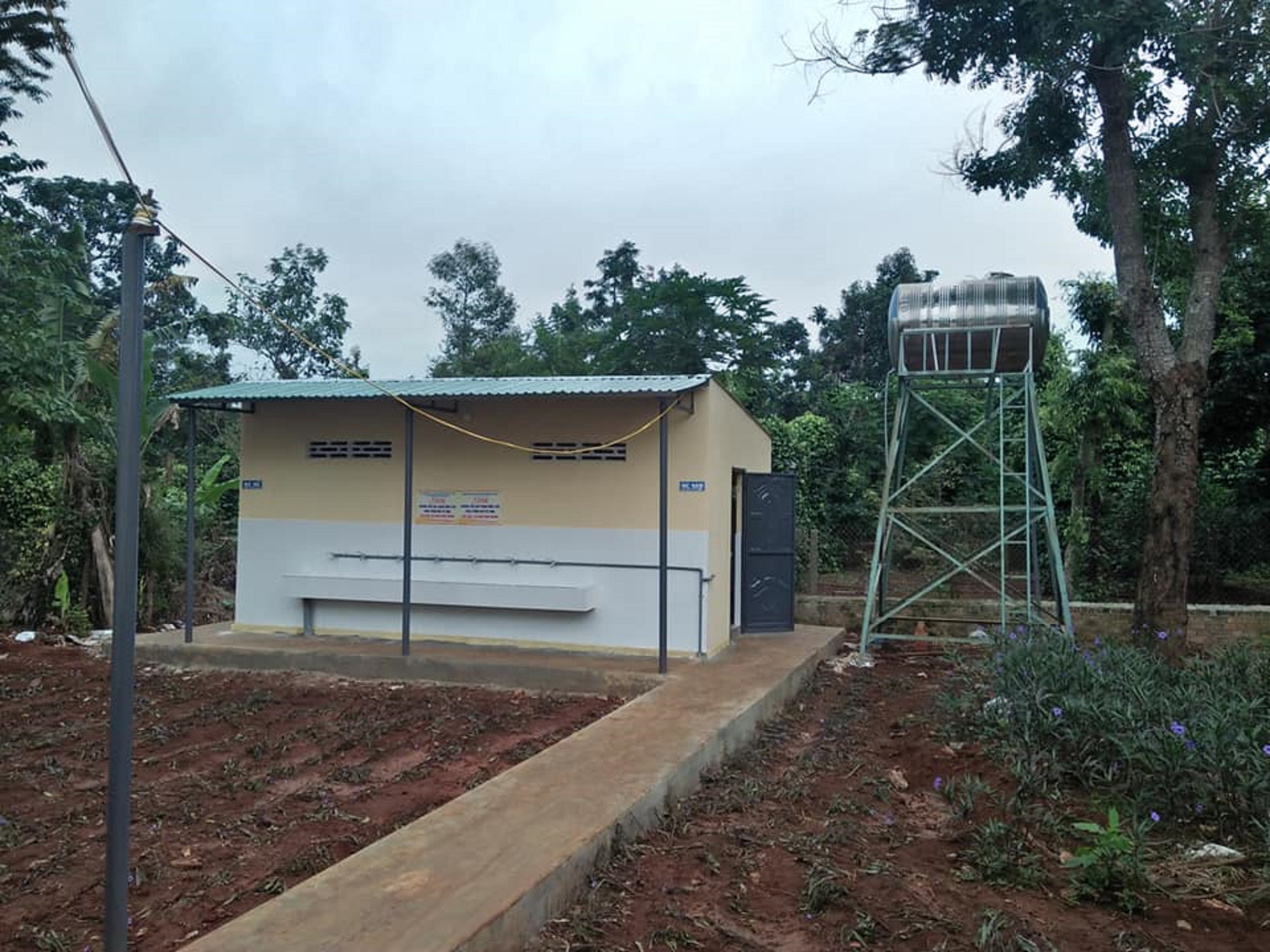 Một khu nhà vệ sinh cho trường học được xây dựng từ nguồn vốn tiết kiệm