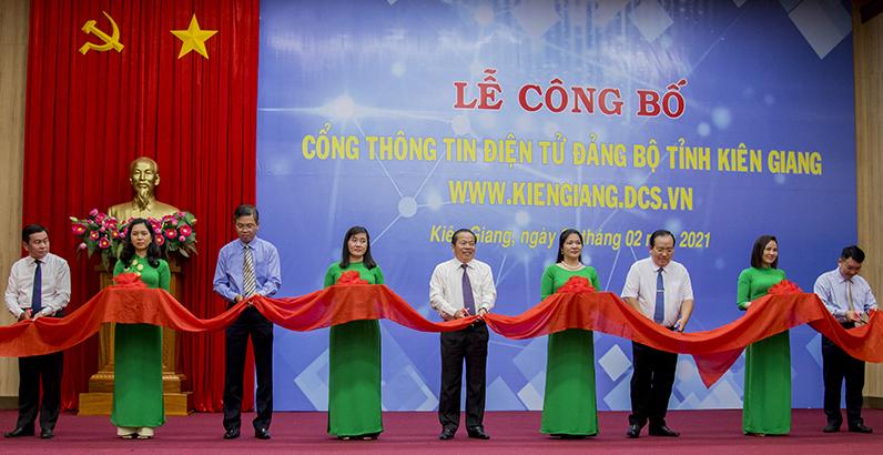 Lãnh đạo Tỉnh uỷ Kiên Giang thực hiện nghi thức cắt băng ra mắt Cổng TTĐT