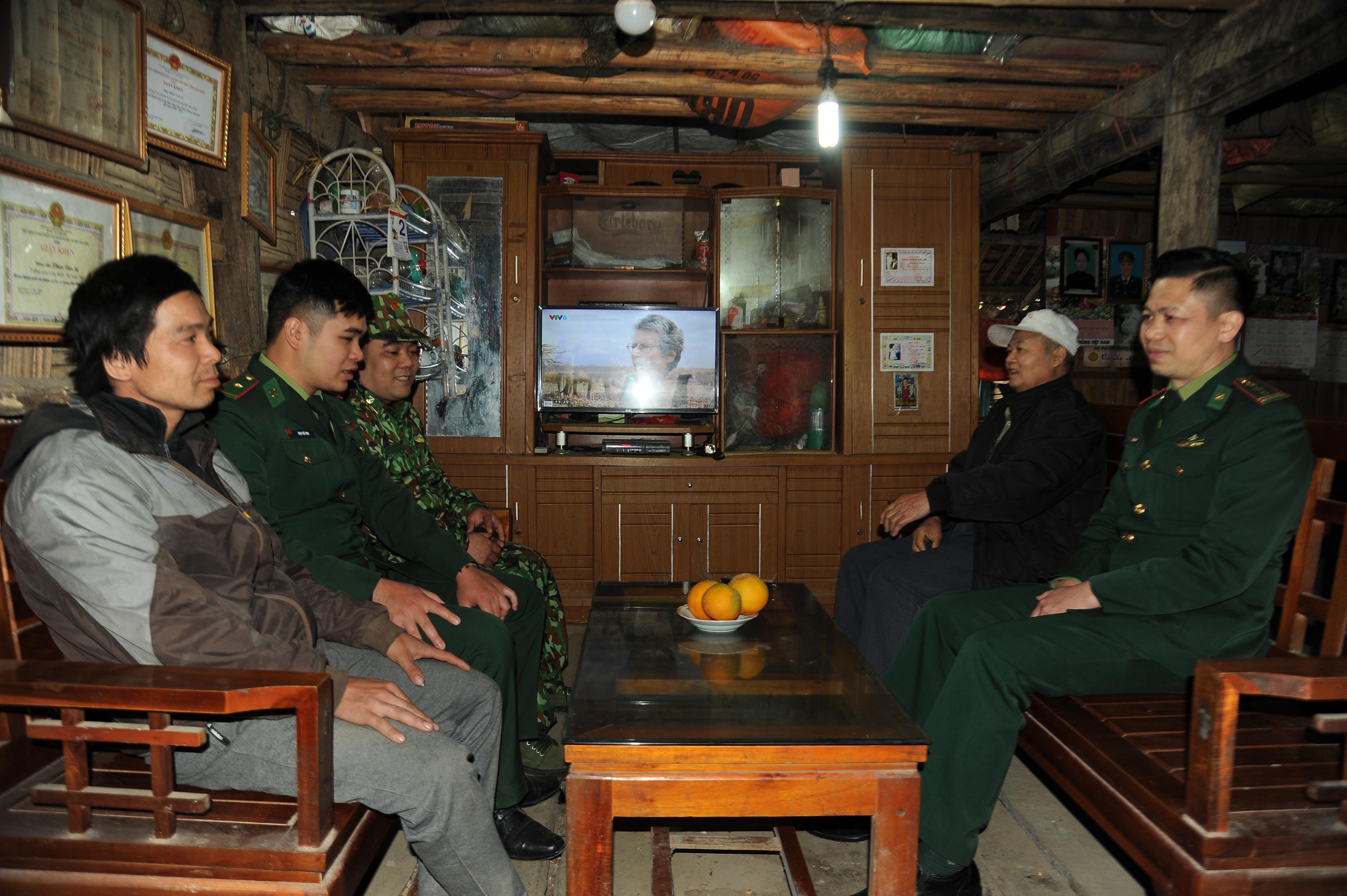 Cán bộ Đồn BP Cửa khẩu Trà Lĩnh tuyên truyền, phổ biến pháp luật tại xóm Lũng Tung, xã Xuân Nội, huyện Trùng Khánh.