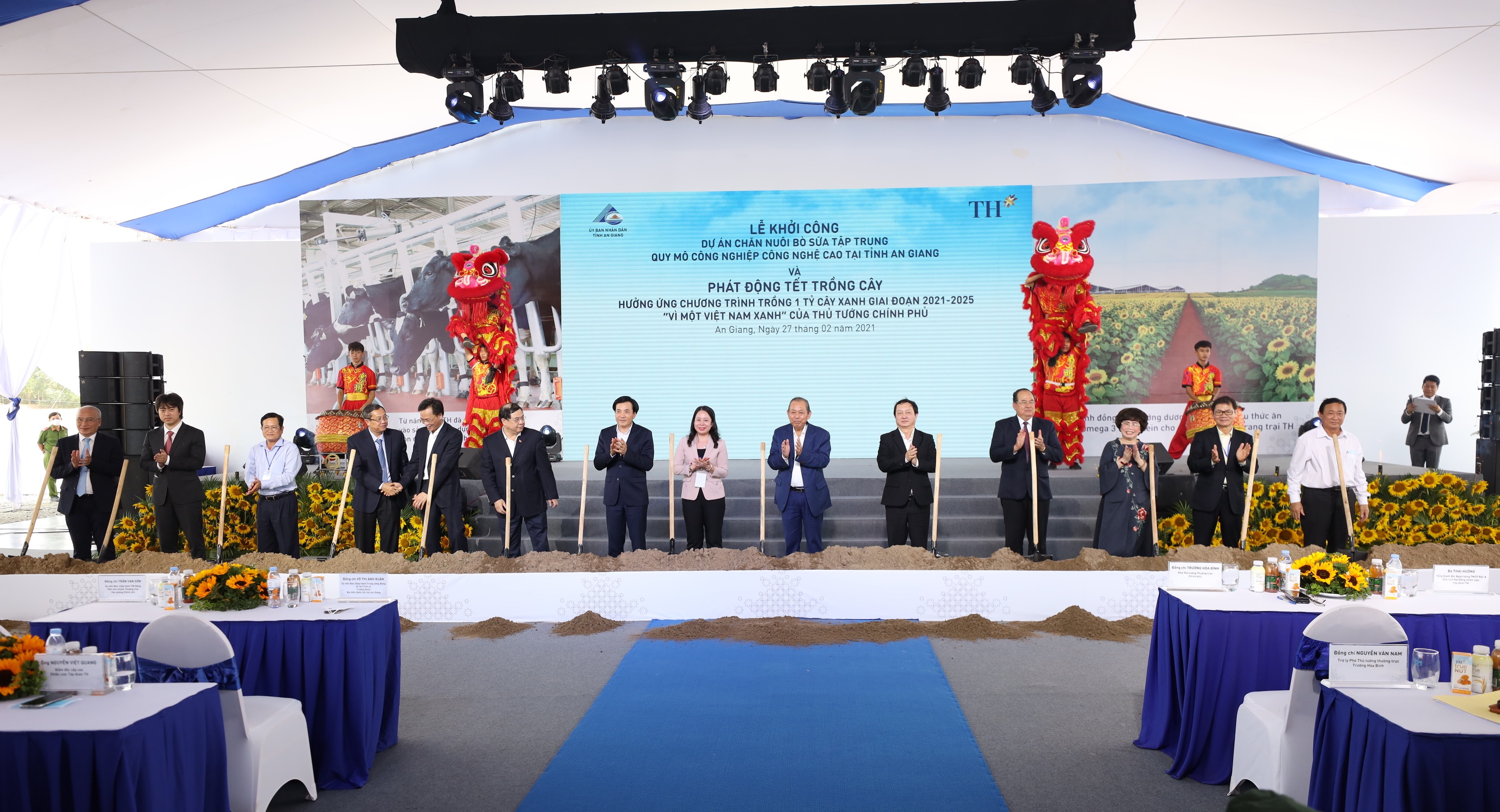 Phó Thủ tướng Thường trực Chính phủ Trương Hòa Bình thực hiện nghi thức khởi công Dự án chăn nuôi bò sữa tập trung quy mô công nghiệp công nghệ cao tại An Giang