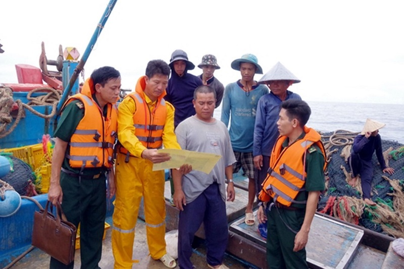 Lực lượng chức năng tuyên truyền phổ biến luật đánh bắt trên biển cho ngư dân