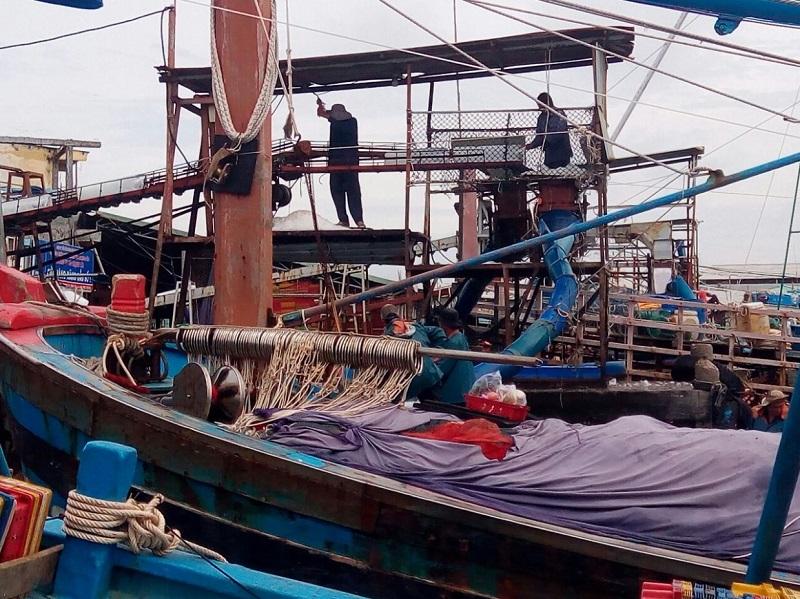 Ngư dân Bà Rịa – Vũng Tàu vận chuyển nước đá chuẩn bị cho một chuyến biển.