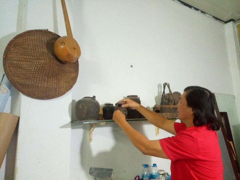 Họa sĩ Nông Cao Thanh giới thiệu về các vật dụng xưa của người Tày mà anh sưu tầm