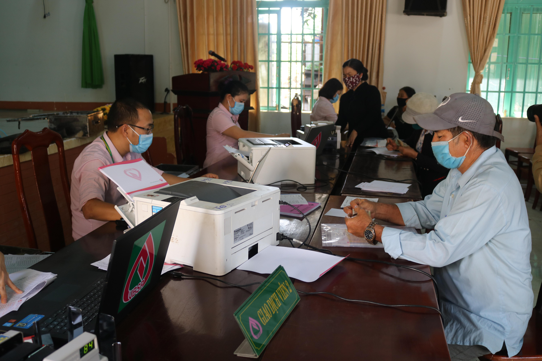 Ngân hàng CSXH Đắk Lắk giải ngân vốn tại UBND xã