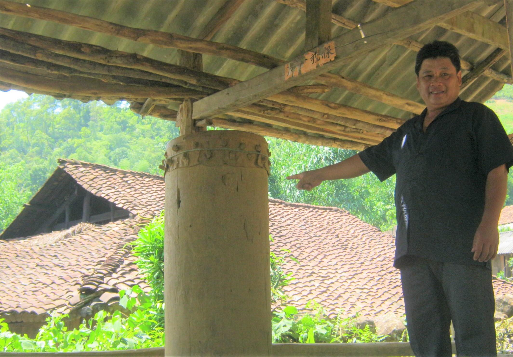 Già làng Châu Văn Pênh giới thiệu chiếc trống thiêng và lễ hội múa trống của đồng bào người Giáy.