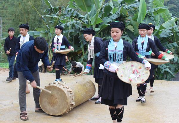 Cảnh múa trống ở Tát Ngà (nguồn internet)