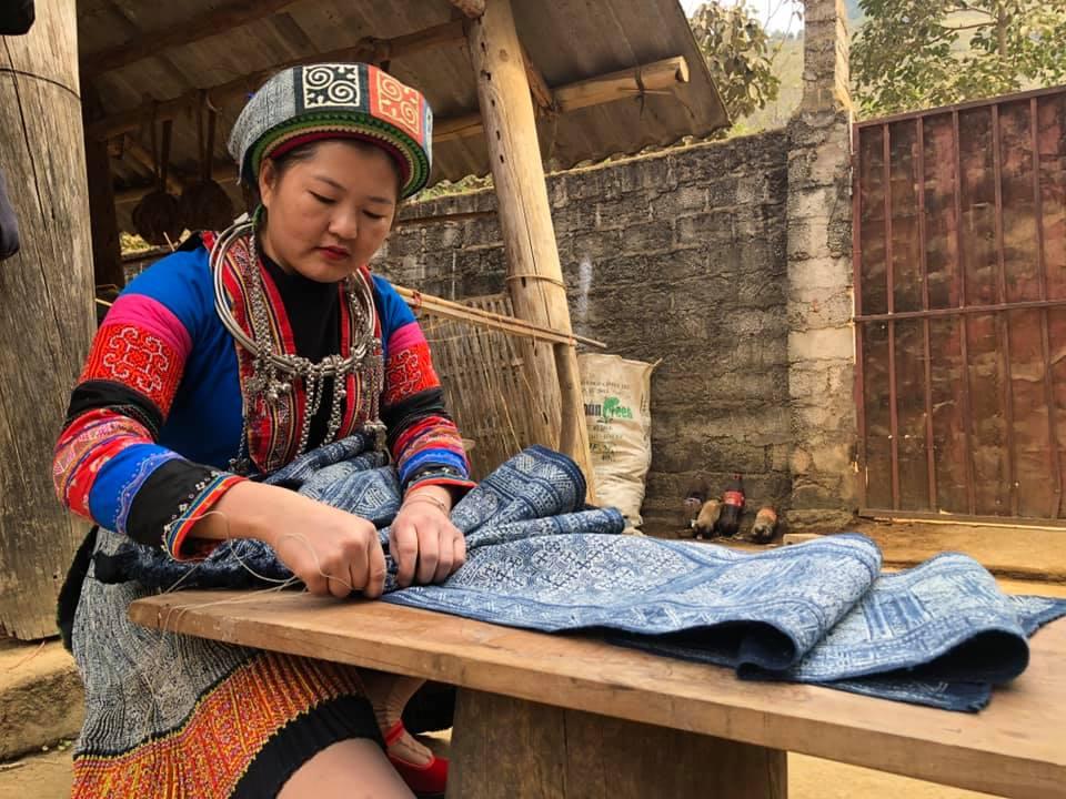Mỗi hình vẽ trên tấm dệt thổ cẩm của người phụ nữ Mông xã Lùng Tám, đều mang trên mình câu chuyện, lịch sử quý giá.