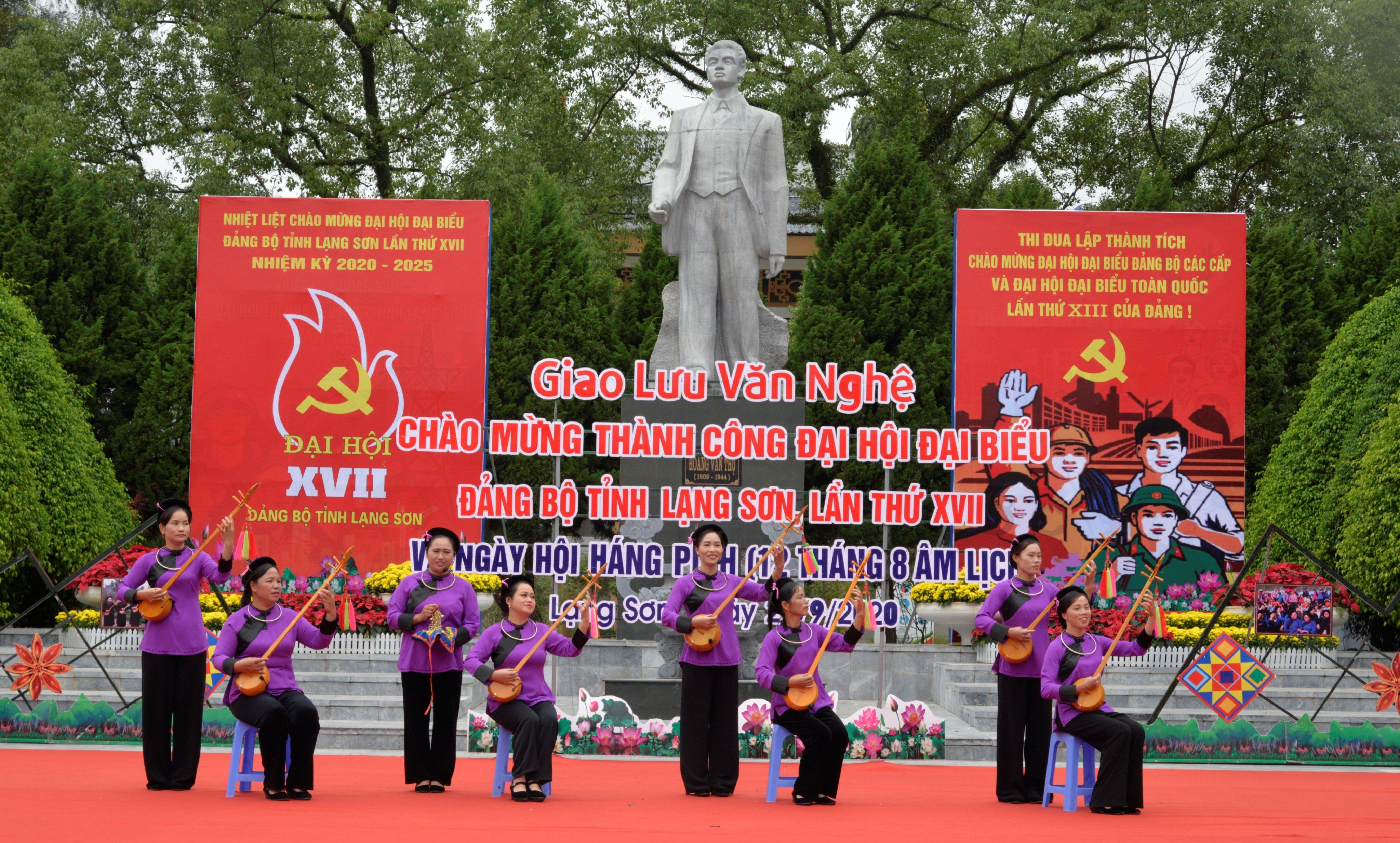 Các thành viên CLB Điếp Sli Then biểu diễn tại Lễ Hội Hán Pỉnh, năm 2020.