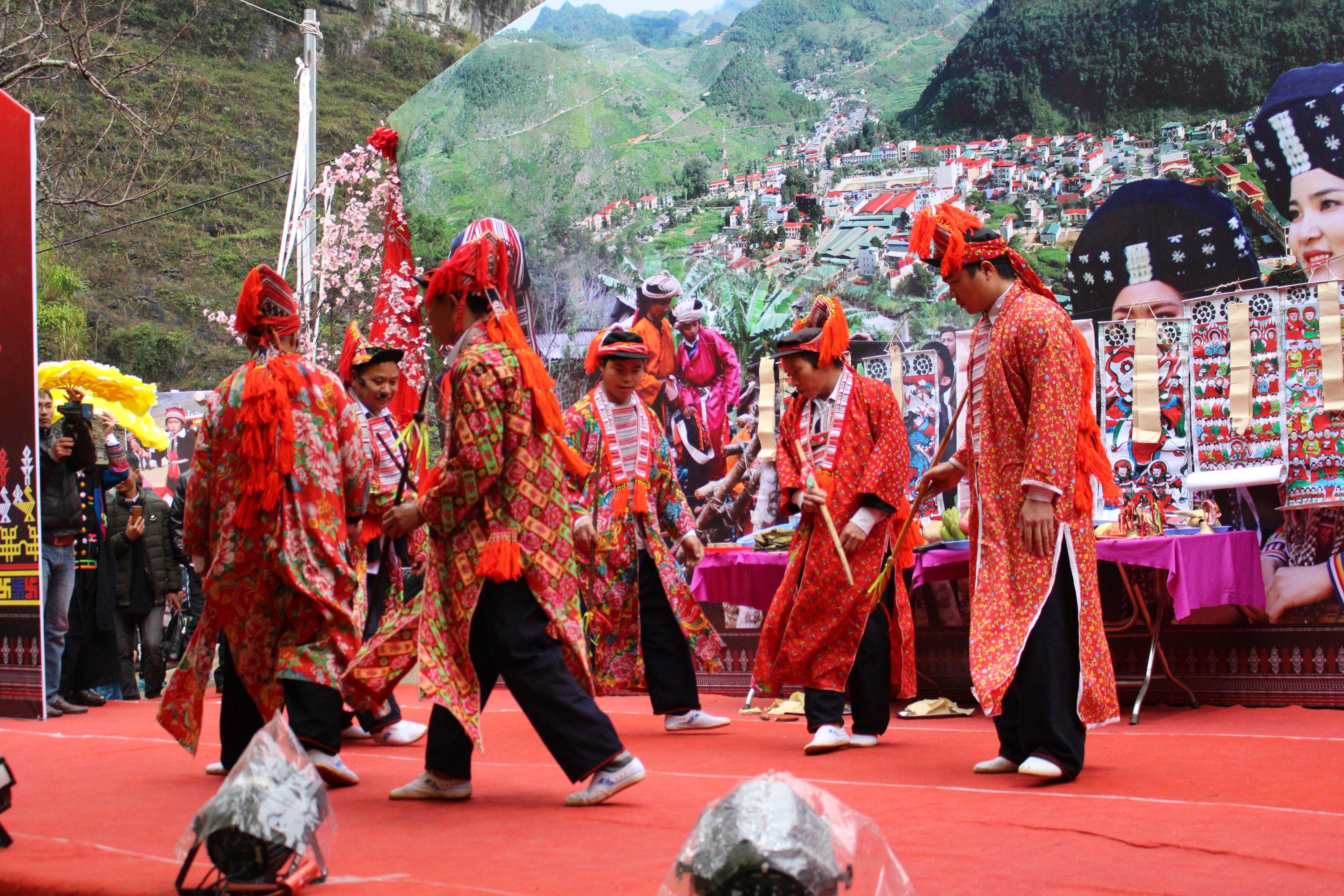 Hội Nghệ nhân dân gian xã Sủng Máng thực hiện nghi lễ cấp sắc tại Ngày hội văn hóa dân tộc Dao huyện Mèo Vạc.