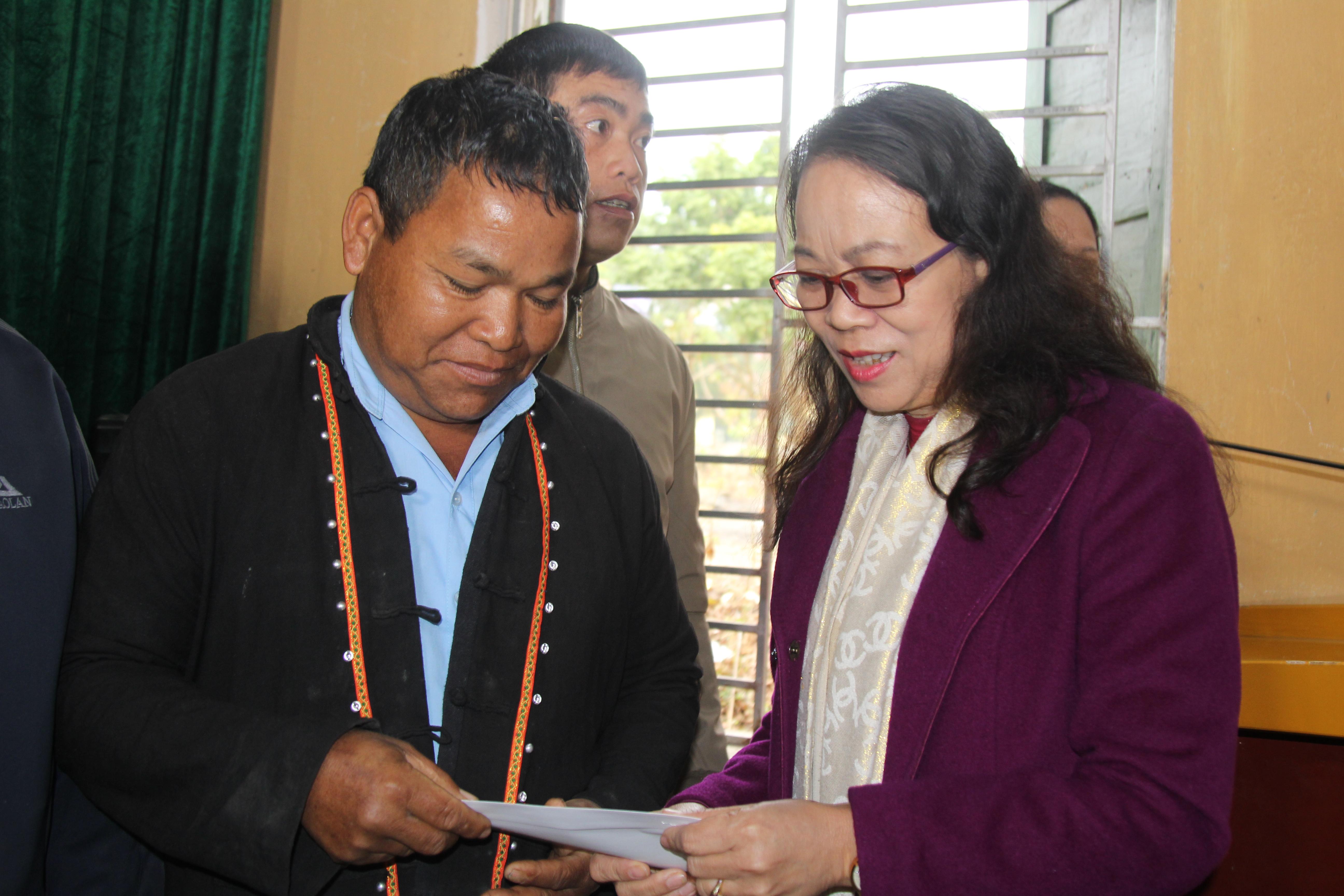 Thứ trưởng, Phó Chủ nhiệm UBDT Hoàng Thị Hạnh thăm hỏi, tặng quà Người có uy tín trong đồng bào DTTS huyện Sốp Cộp (Tháng 01/2021).