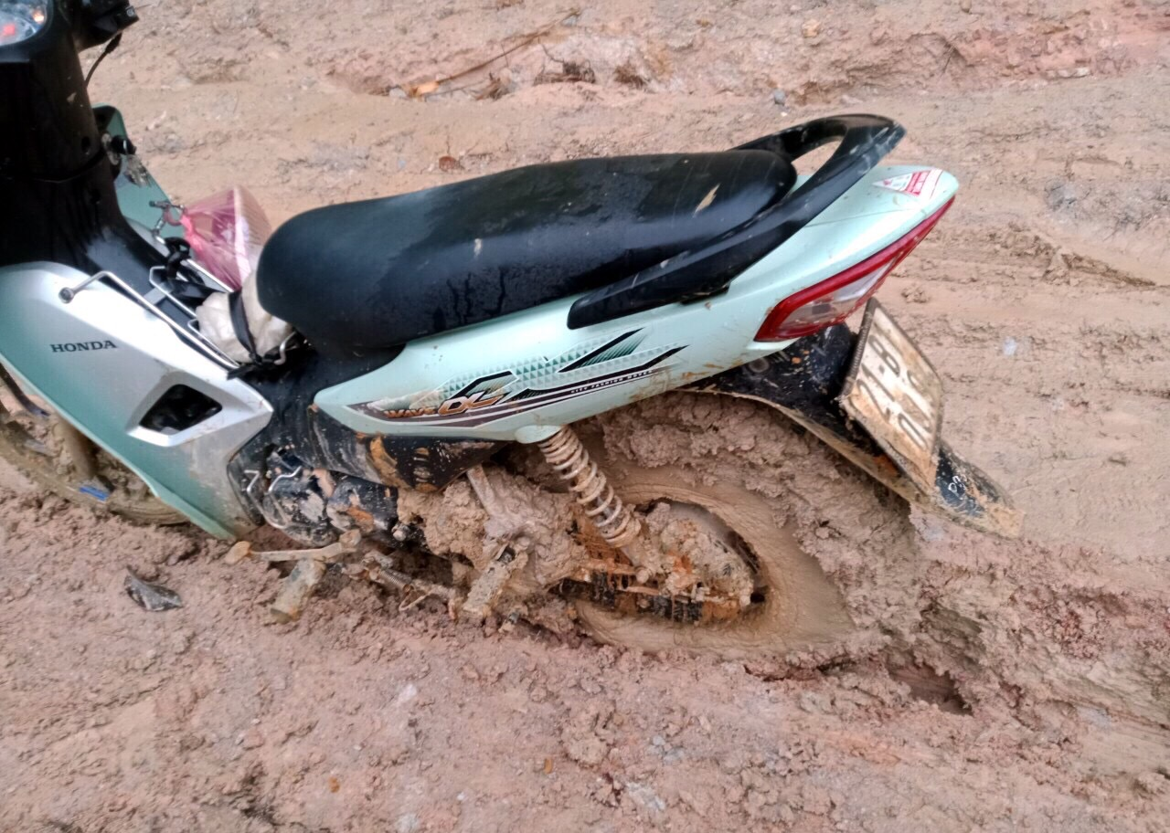 Chiếc xe máy bị bó cứng bùn đất khi vào điểm trường mầm non Hồng Ngọc
