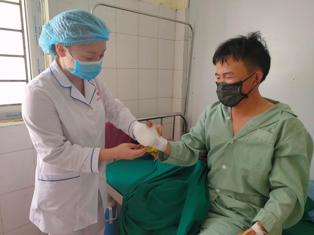 Anh Cứ A Lử, dân tộc Mông Ma Seo Phìn Cao (xã Khun Há, huyện Tam Đường, Lai Châu) phải đi viện điều trị vết thương do tai nạn từ chiếc máy trộn thức ăn cho gia súc.