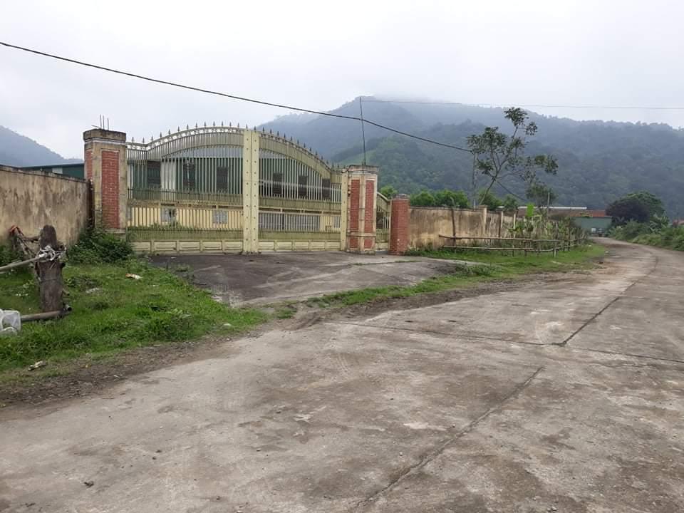 Cổng vào các doanh nghiệp, nhà máy ở KKT cửa khẩu cầu Treo giờ chỉ là rào tạm hoặc khóa im ỉm quanh năm suốt tháng