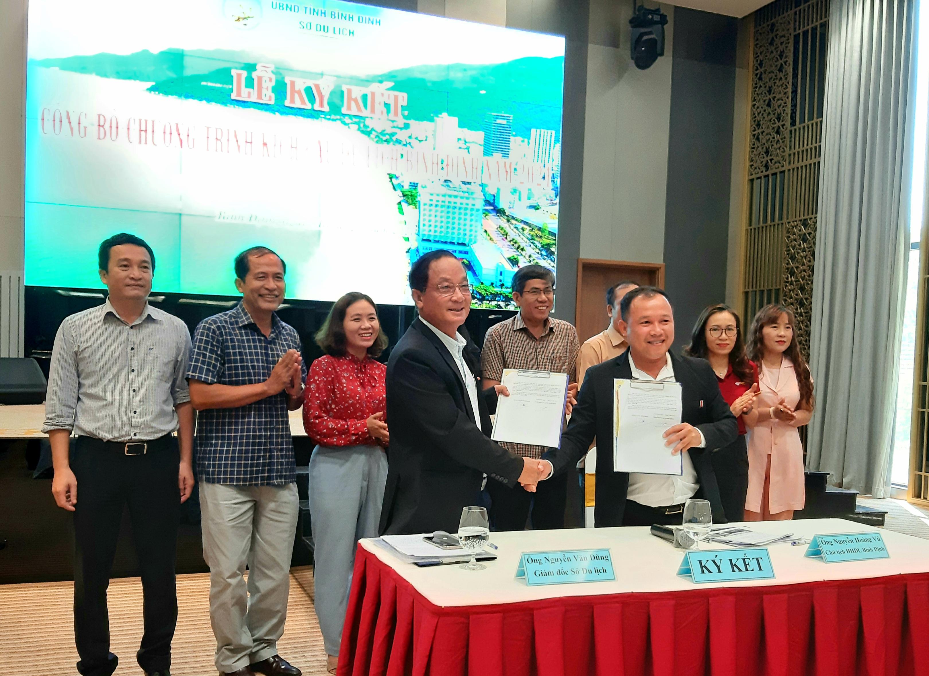 Đại diện Hiệp hội Du lịch tỉnh và Sở Du lịch Bình Định ký cam kết xây dựng gói giảm giá của đơn vị tham gia kích cầu du lịch.