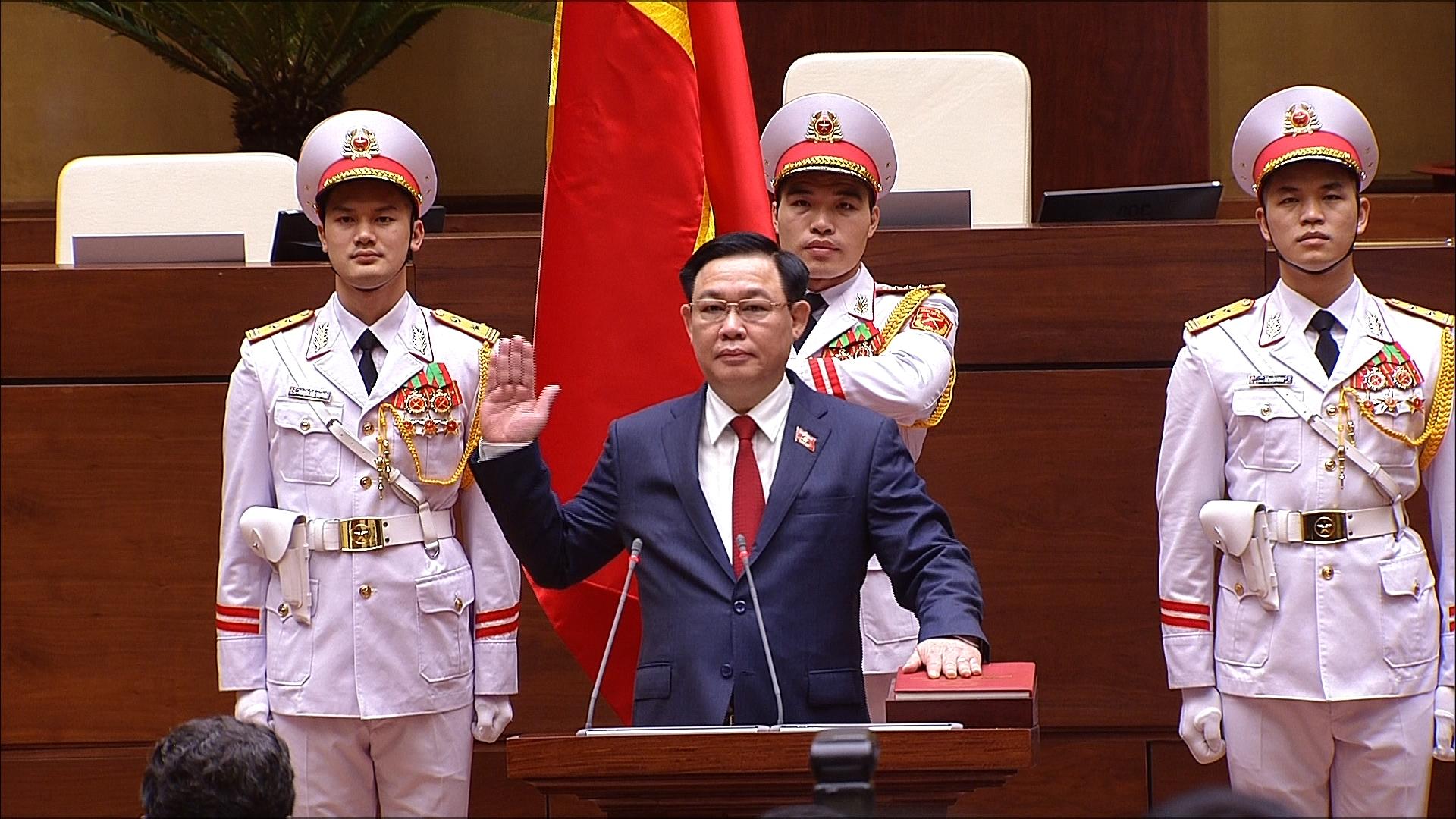 Tân Chủ tịch Quốc hội Vương Đình Huệ thực hiện nghi thức tuyên thệ nhậm chức trước Quốc hội.