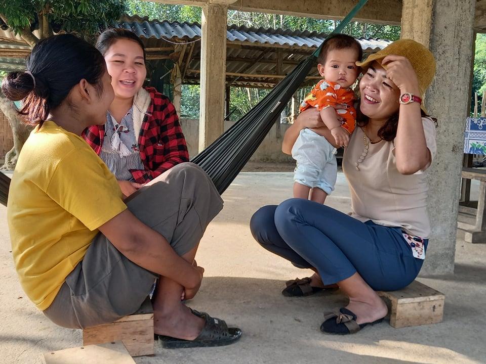 Trưởng bản Hồ Thị Kiên (bên phải) trò chuyện cùng bà con về cách làm ăn