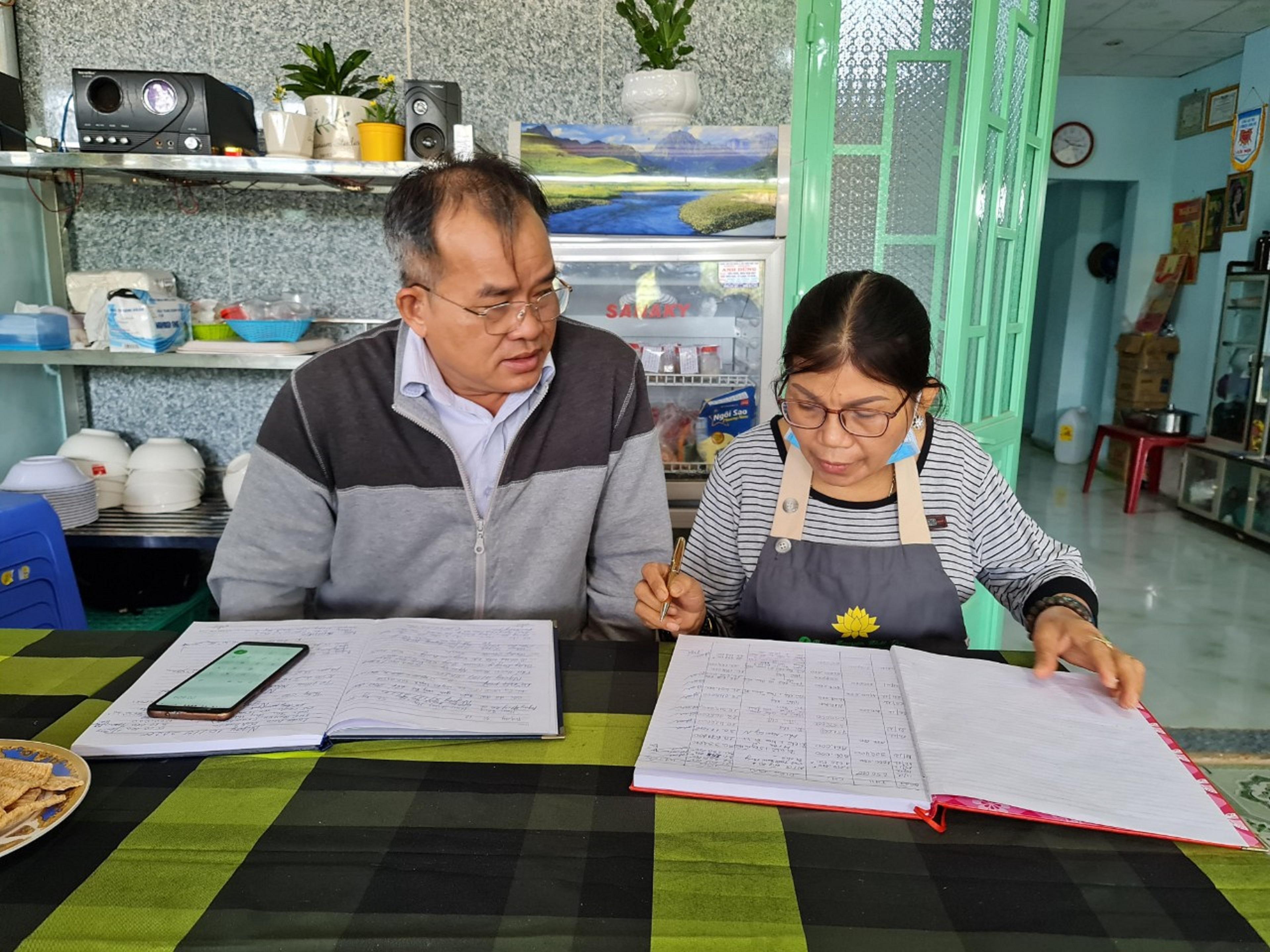 Bà Nguyễn Thị Kim Tuyết cùng cộng sự ghi chép sổ sách của nhà ăn 0 đồng Nhất Tâm