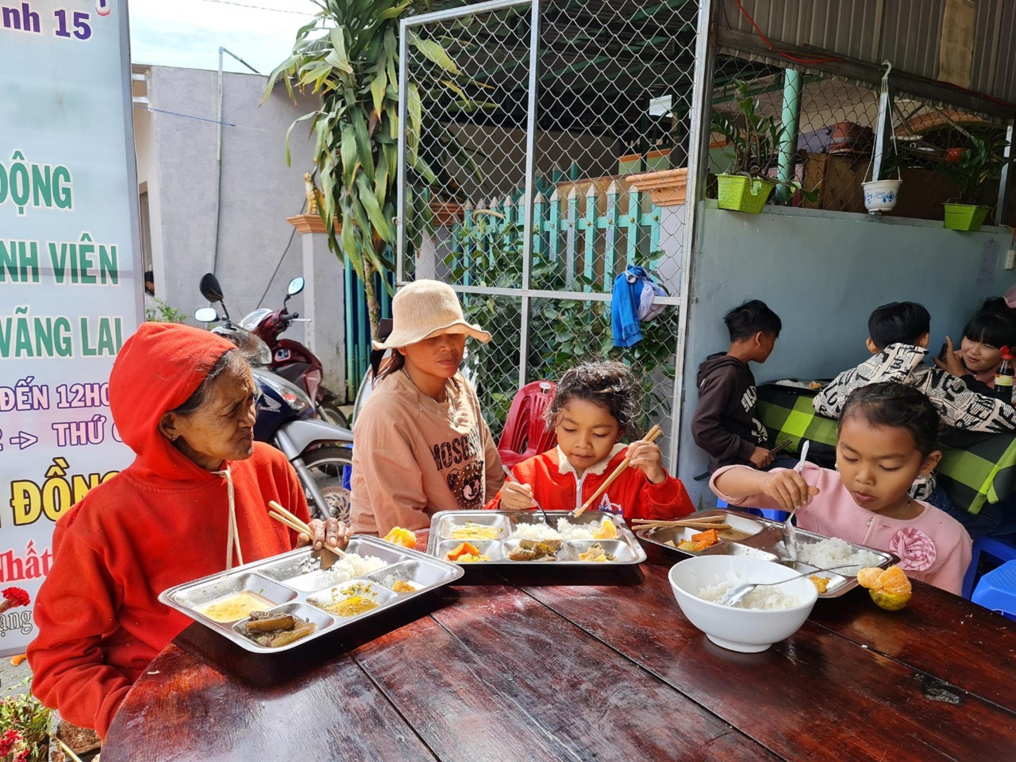 Nhiều người cơ nhỡ và các cháu học sinh nghèo là khách thường xuyên của Nhà ăn không đồng Nhất Tâm