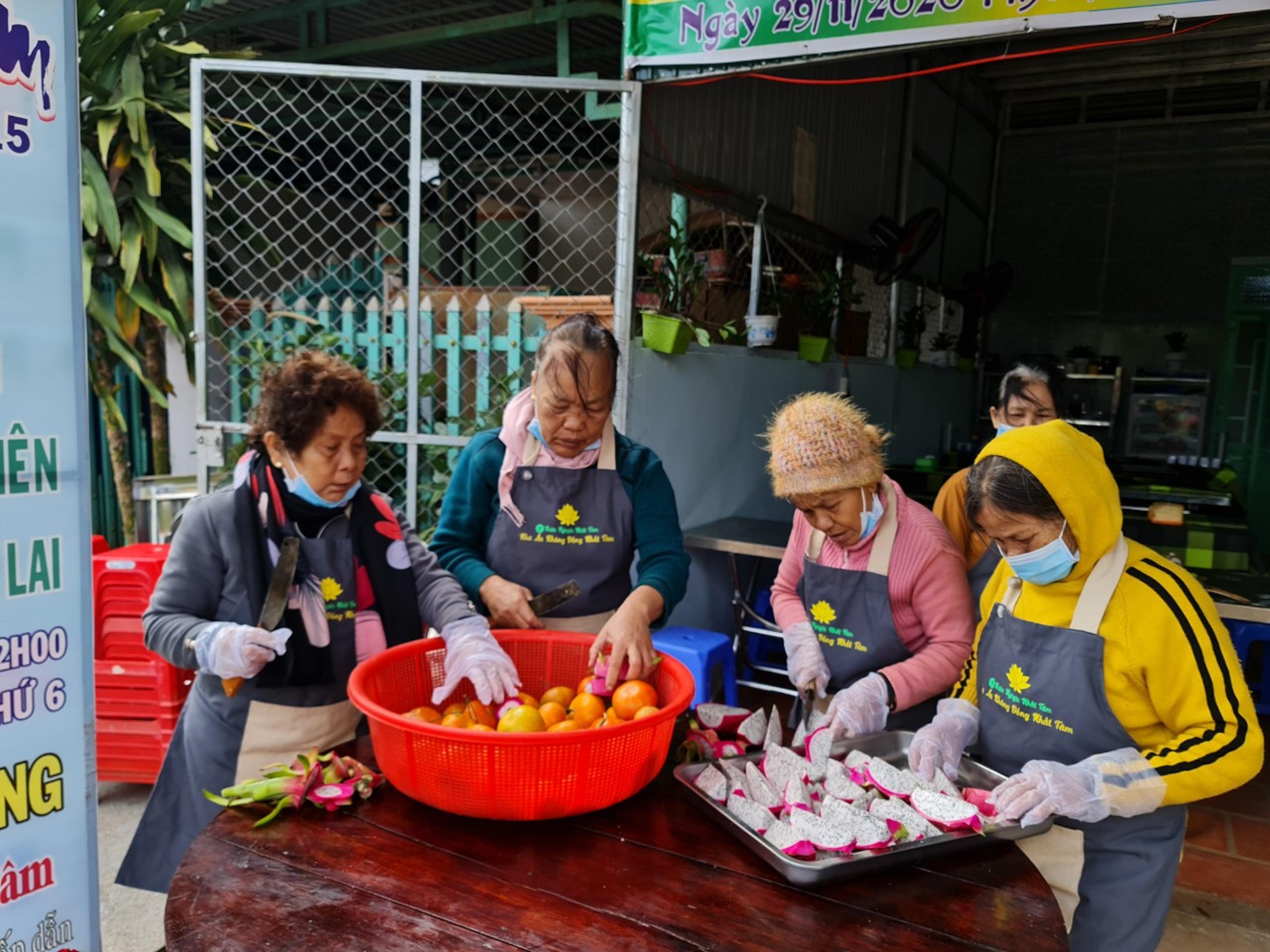 Các tình nguyện viên chuẩn bị trái cây cho bữa ăn