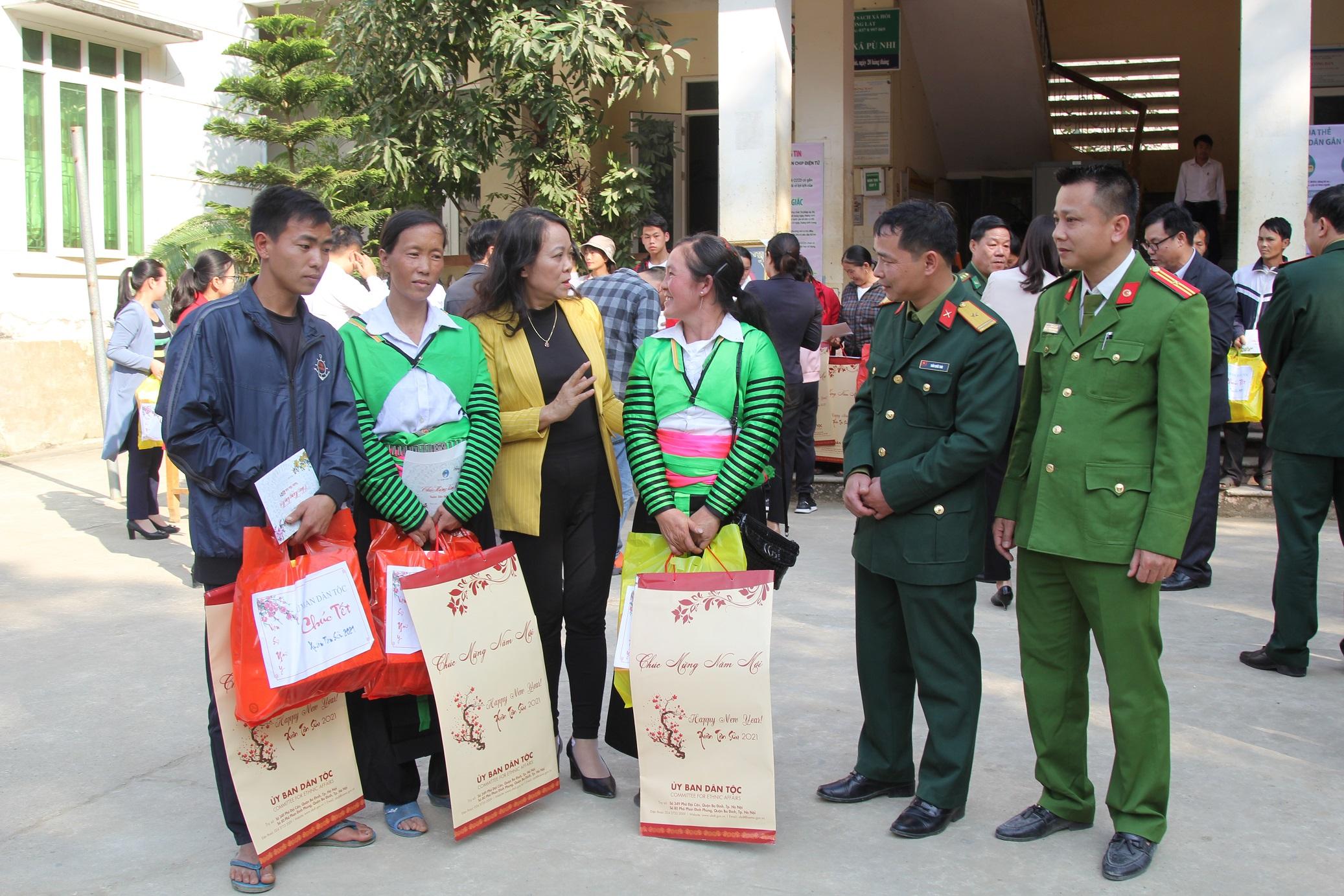 Thứ trưởng, Phó Chủ nhiệm Ủy ban Dân tộc Hoàng Thị Hạnh (thứ ba từ trái sang) trò chuyện với đồng bào Mông xã Pù Nhi, huyện Mường Lát (Tháng 01/2021)