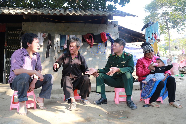 Thiếu tá Đinh Hồ Bắc (ngoài cùng bên trái) trò chuyện bằng với bà con trong khu vực biên giới