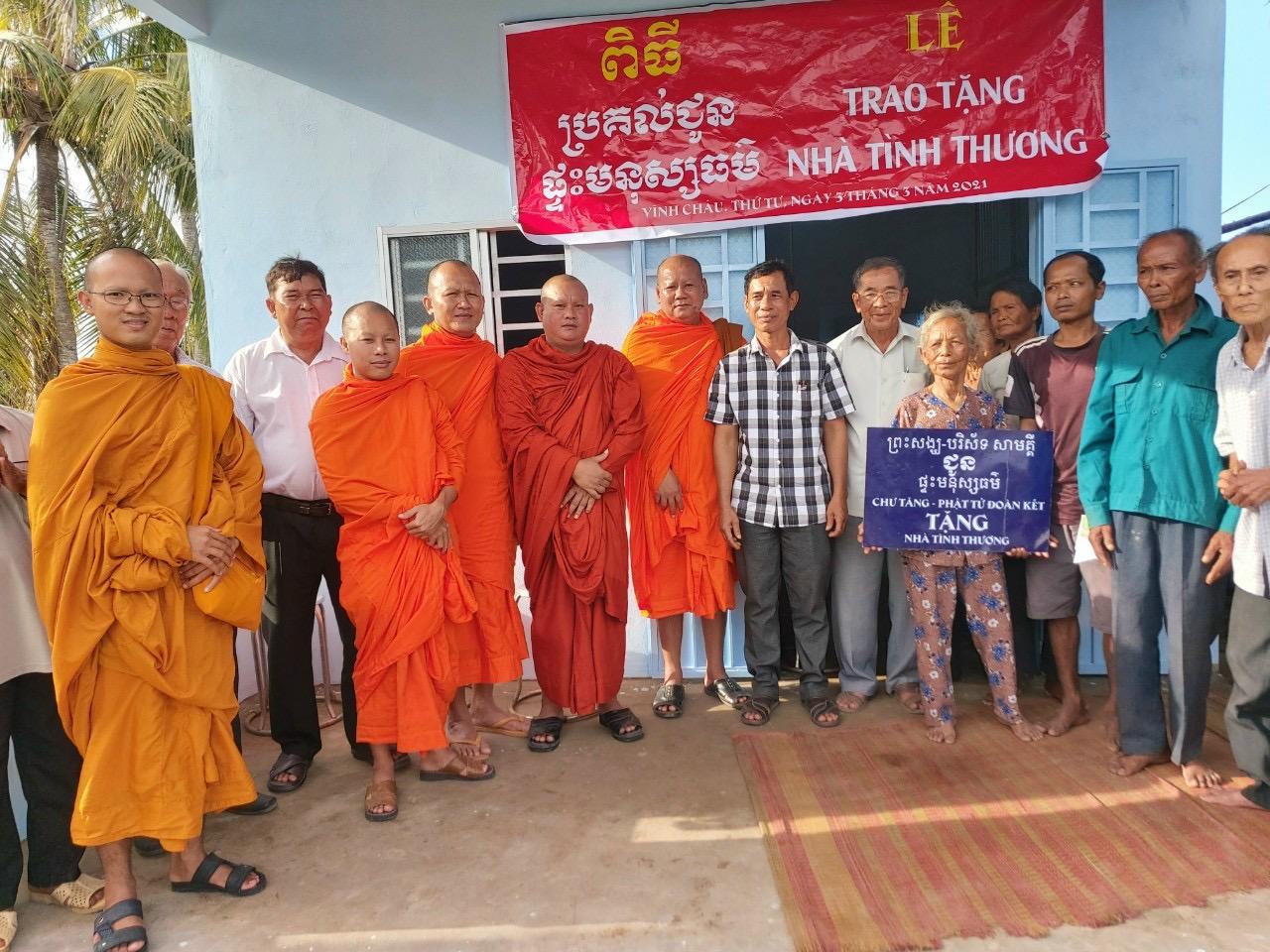 Hội đoàn kết sư sãi yêu nước thị xã Vĩnh Châu và chùa Sê Rây Kandal Trao nhà cho Danh Chiên - ấp Giồng Dú.